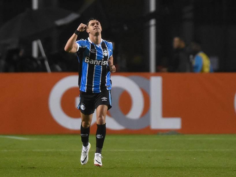 Giuliano, do Grêmio, comemora o segundo gol da equipe sobre o Palmeiras, em São Paulo