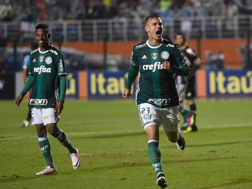 Roger Guedes, do Palmeiras, comemora o gol de empate contra o Grêmio, em São Paulo