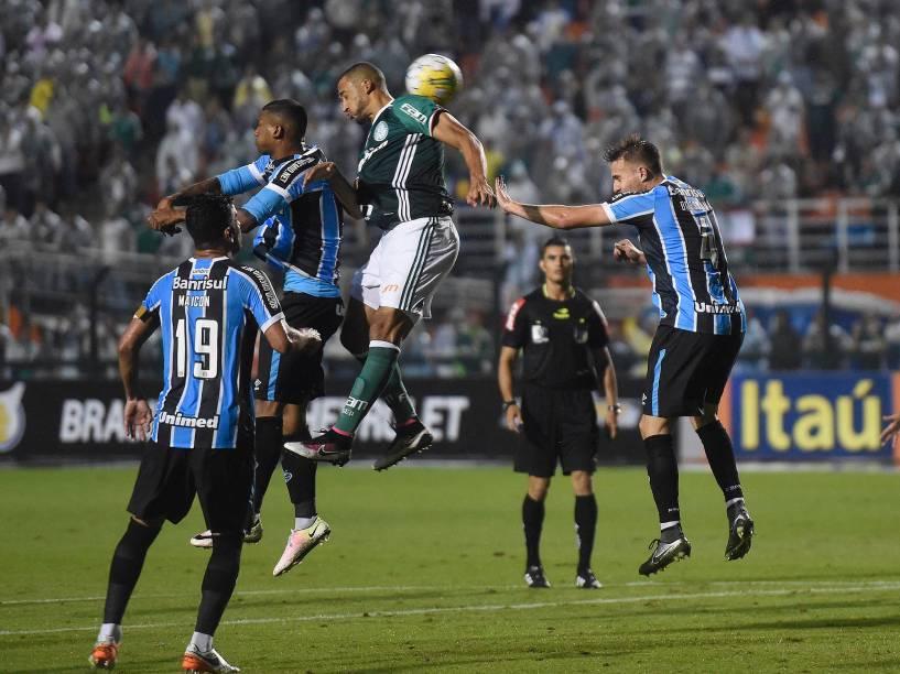 Jogadores disputam a bola durante escanteio no jogo entre Palmeiras e Grêmio, em São Paulo