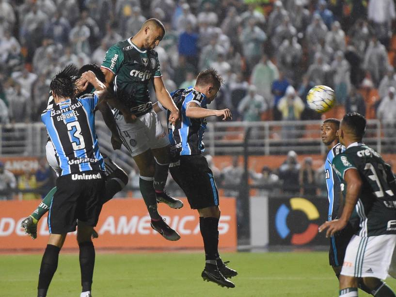 Vitor Hugo, do Palmeiras, cabeceia bola de escanteio e marca o gol da virada sobre o Grêmio, em São Paulo