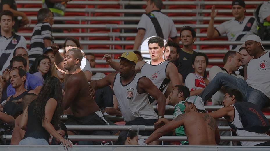 Na pancadaria com torcedores do Corinthians, os vascaínos Jonathan Fernandes e Philipe Sampaio (em destaque): os dois também foram filmados brigando em Joinville