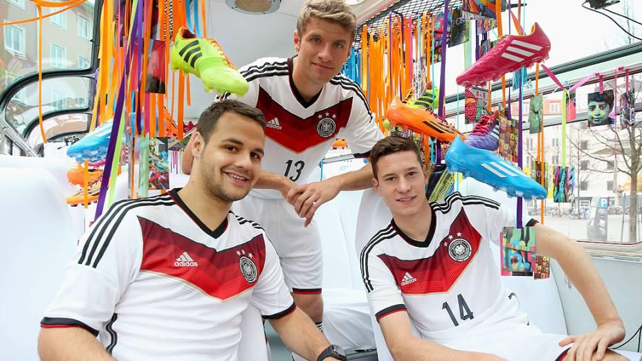 Jogadores da Alemanha participam de evento da Adidas em Munique. A camisa da seleção para a Copa foi lançada nas ruas da cidade