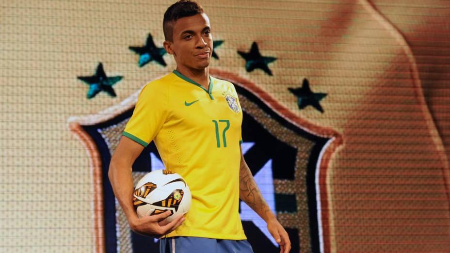 Jogador Luiz Gustavo durante apresentação da nova camisa da seleção brasileira, para a Copa de 2013