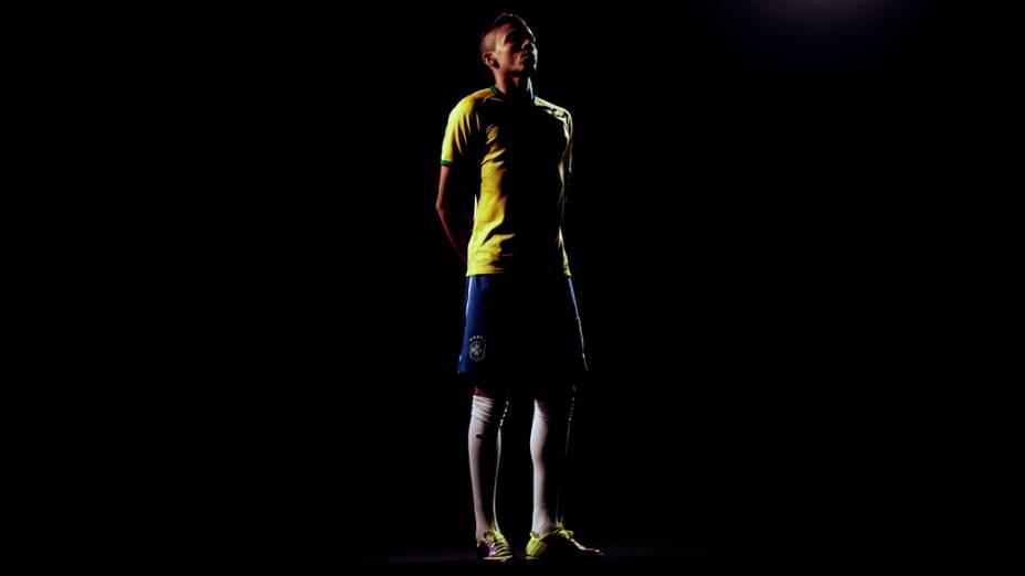 O jogador Luiz Gustavo, na apresentação do novo uniforme da seleção brasileira