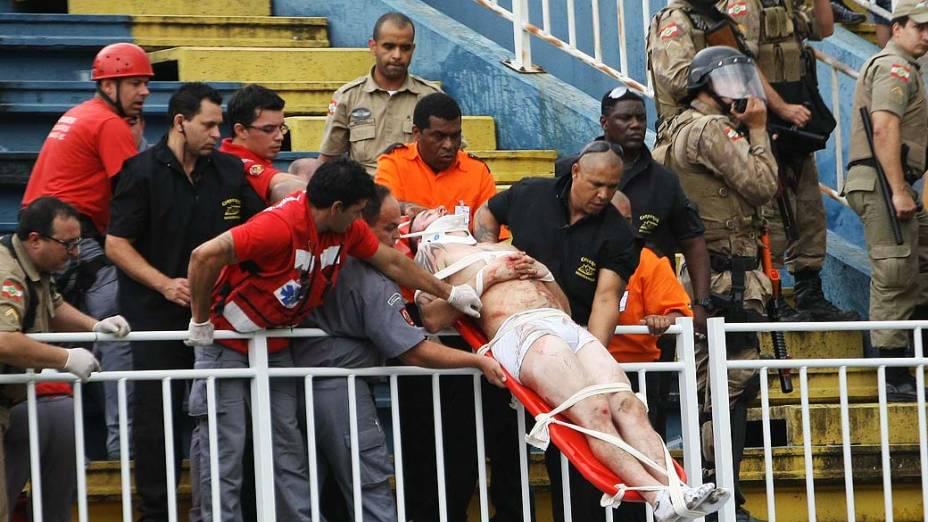 Torcedor do Atlético PR, espancando por vascaínos, é atendido pelo helicóptero da Polícia Militar, após briga entre torcidas durante a partida entre Atlético PR e Vasco válida pela última rodada do Campeonato Brasileiro 2013 no Estádio Arena Joinville