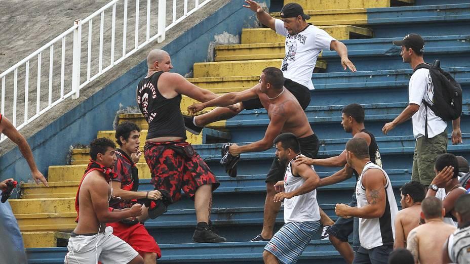 Briga de torcedores  durante partida entre Atletico PR x Vasco, válida pela última rodada do Campeonato Brasileiro, realizada no Arena Joinville