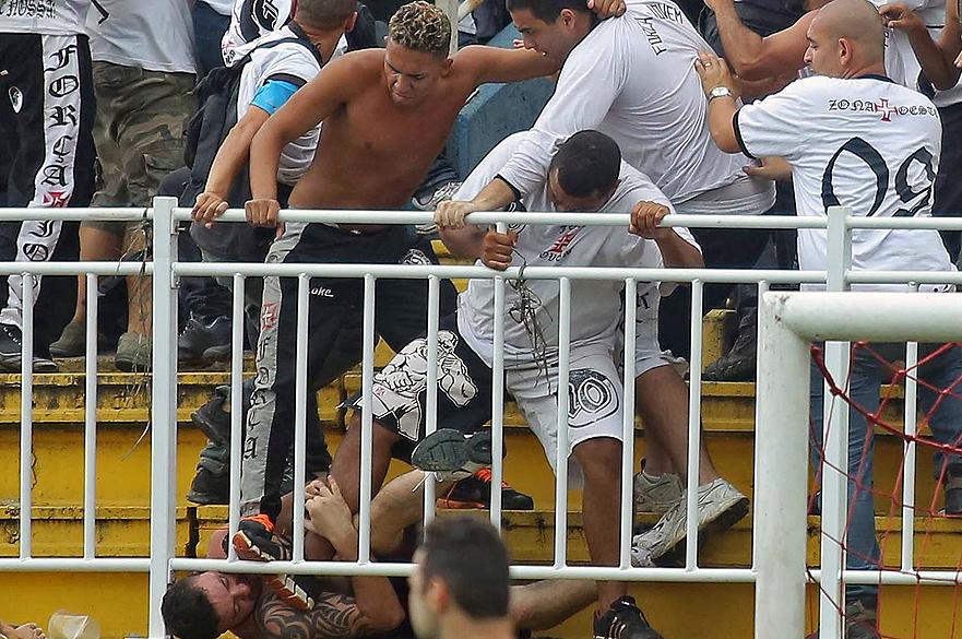 Torcedor do Atlético PR é espancando por vascaínos durante briga entre as torcidas em partida válida pela última rodada do Campeonato Brasileiro 2013 no Estádio Arena Joinville