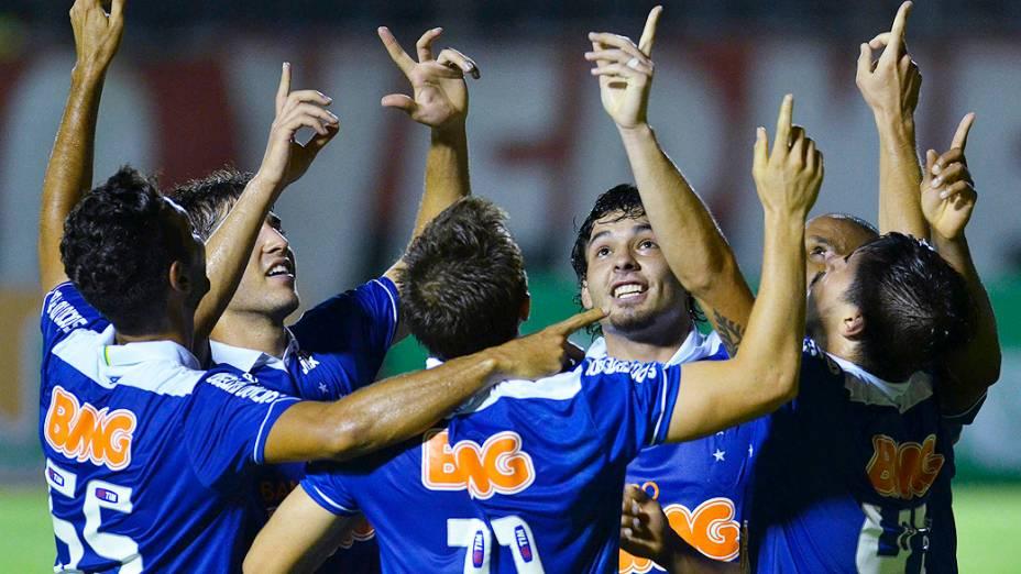 Jogadores do Cruzeiro comemoram gol de Willian na partida contra o Vitória, válida pelo Campeonato Brasileiro 2013