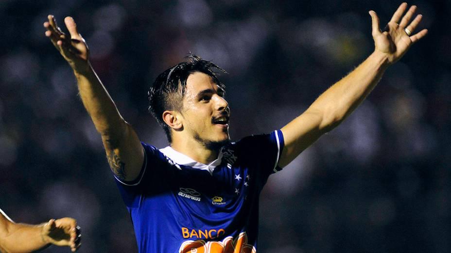 Willian comemora gol na partida contra o Vitória, válida pelo Campeonato Brasileiro 2013