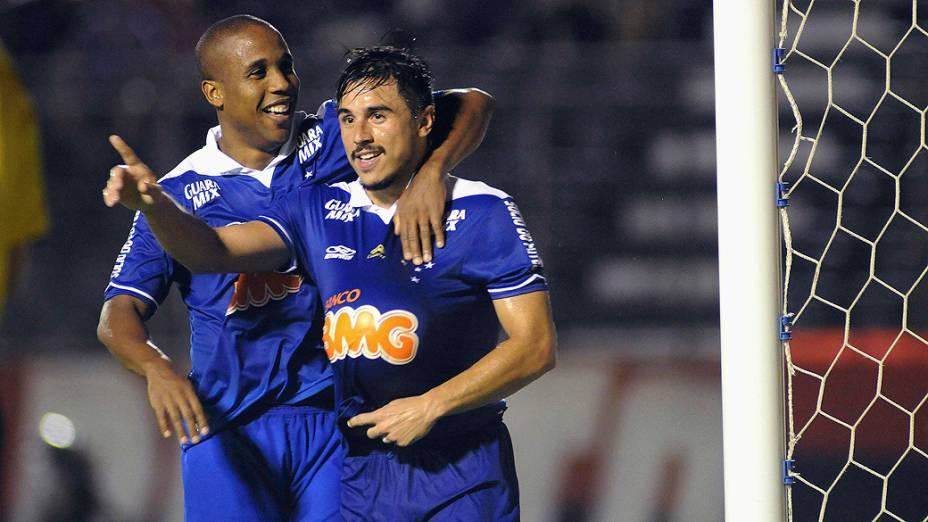 Júlio Baptista e Willian comemoram gol na partida contra o Vitória, válida pelo Campeonato Brasileiro 2013