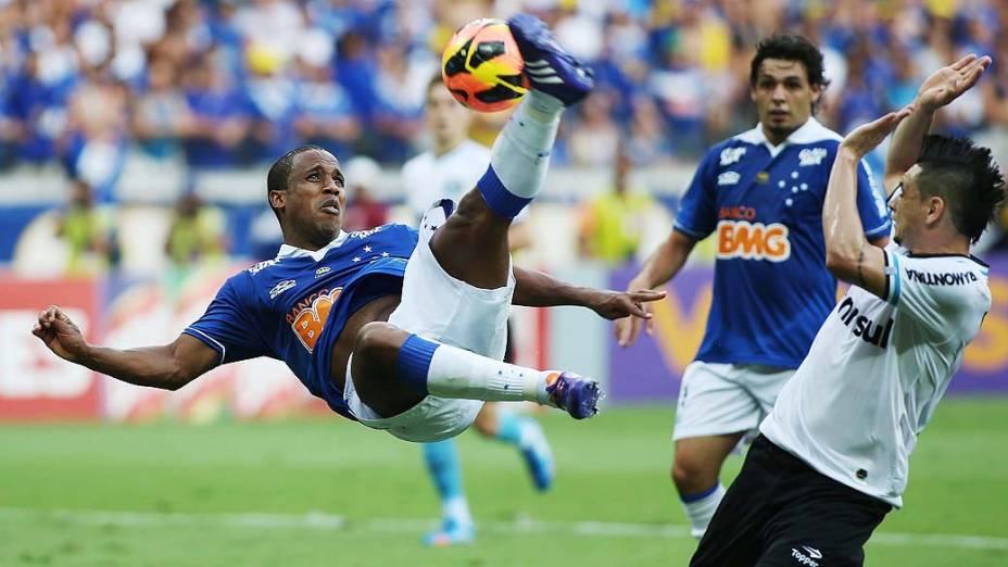 Borges faz belo gol na vitória do Cruzeiro sobre o Grêmio por 3 a 0, em partida válida pelo Campeonato Brasileiro 2013