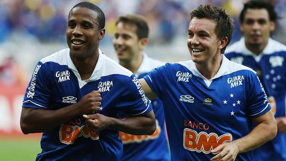 Jogadores comemoram gol de Borges na vitória do Cruzeiro sobre o Grêmio por 3 a 0, em partida válida pelo Campeonato Brasileiro 2013