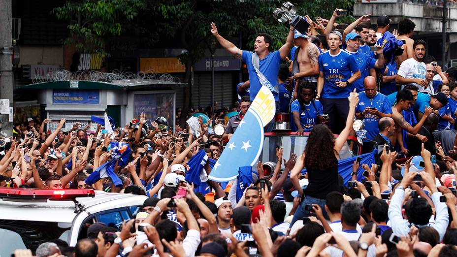 Jogadores do Cruzeiro comemoram com a torcida a conquista do Campeonato Brasileiro pelas ruas de Belo Horizonte