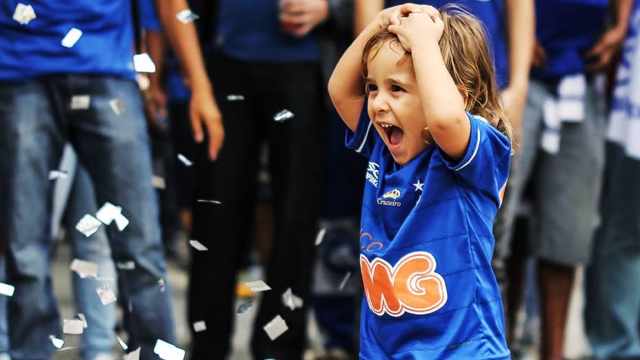 Torcida cruzeirense comemora a conquista do Campeonato Brasileiro pelas ruas de Belo Horizonte