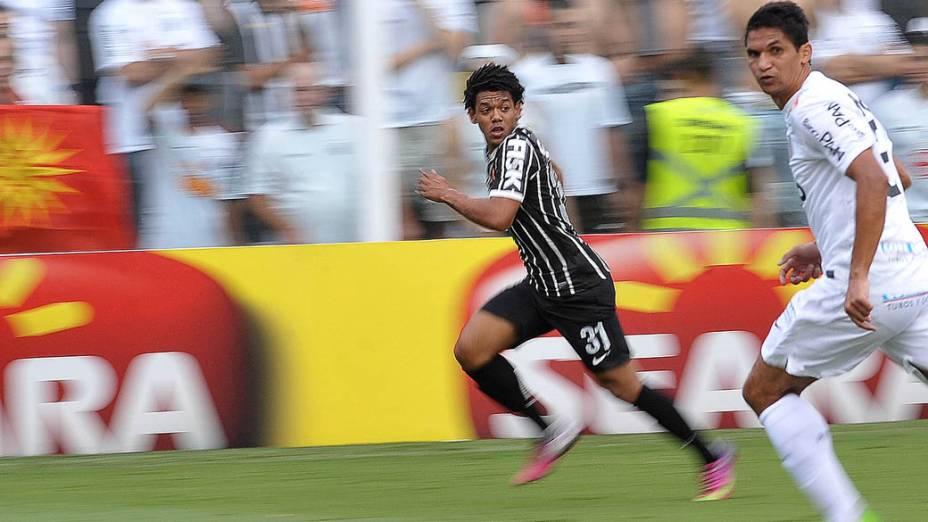 Romarinho e Durval disputam lance na final do Campeonato Paulista entre Santos e Corinthians na Vila Belmiro
