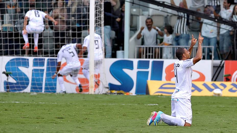 Jogadores do Santos comemoram o gol de Cícero que abriu o placar na final do Campeonato Paulista contra o Corinthians