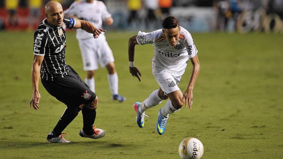 Neymar e Alessandro disputam lance na final do Campeonato Paulista entre Santos e Corinthians na Vila Belmiro