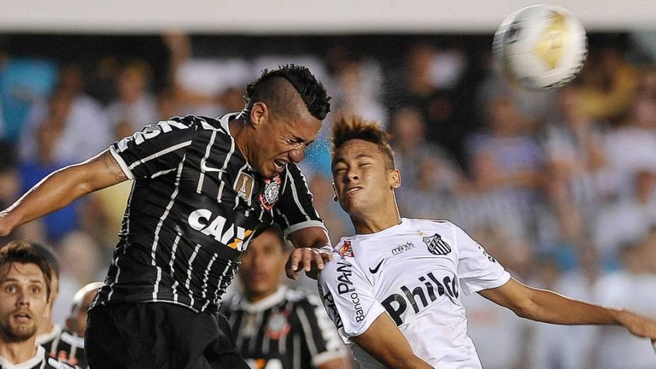Ralf e Neymar disputam lance na final do Campeonato Paulista entre Santos e Corinthians na Vila Belmiro