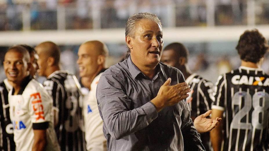 Tite comemora com a torcida o título do Campeonato Paulista conquistado pelo Corinthians sobre o Santos na Vila Belmiro