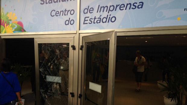 Porta de vidro do centro de imprensa do Maracanã destruída por torcedores chilenos