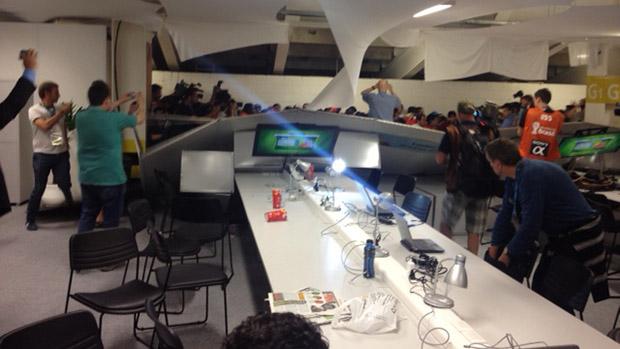 Torcedores chilenos derrubaram tapumes, computadores e telões na centro de imprensa do Maracanã