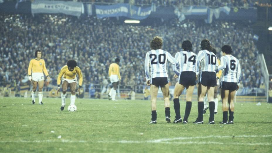 Jogadores do Brasil batendo falta no jogo contra a Argentina, na Copa do Mundo de 1978