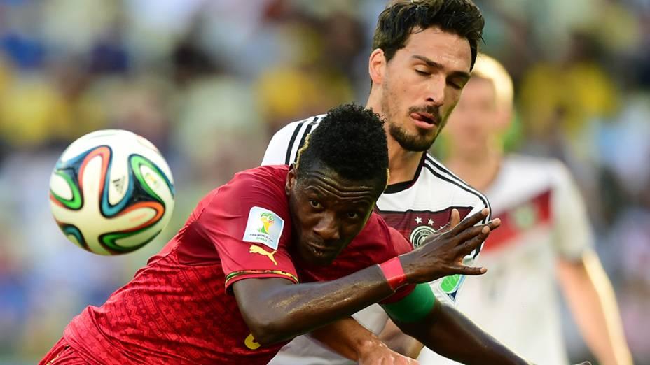 O ganês Asamoah disputa a bola com o alemão Hummels