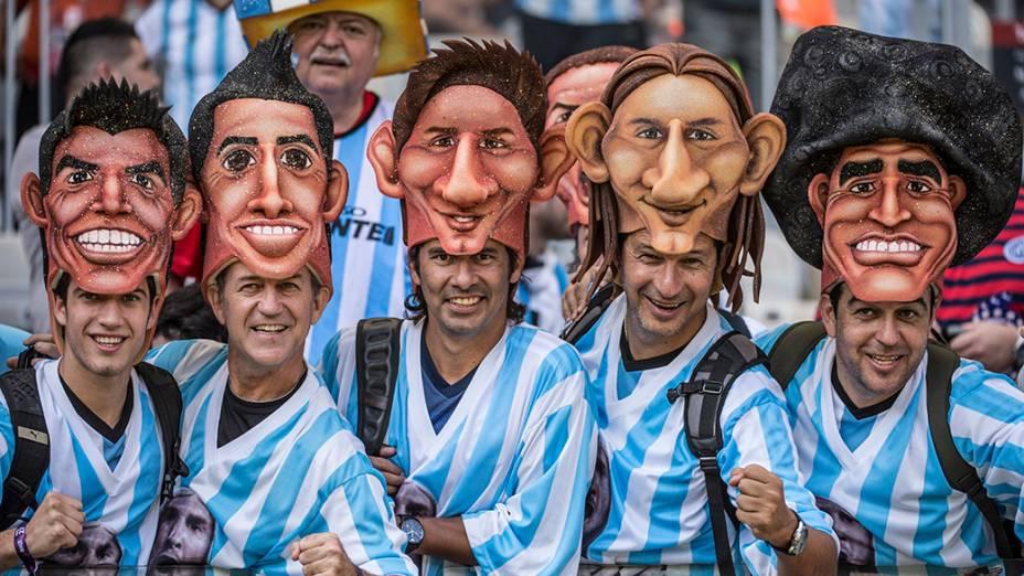 Torcedores da Argentina chegam para o jogo contra o Irã no Mineirão, em Belo Horizonte