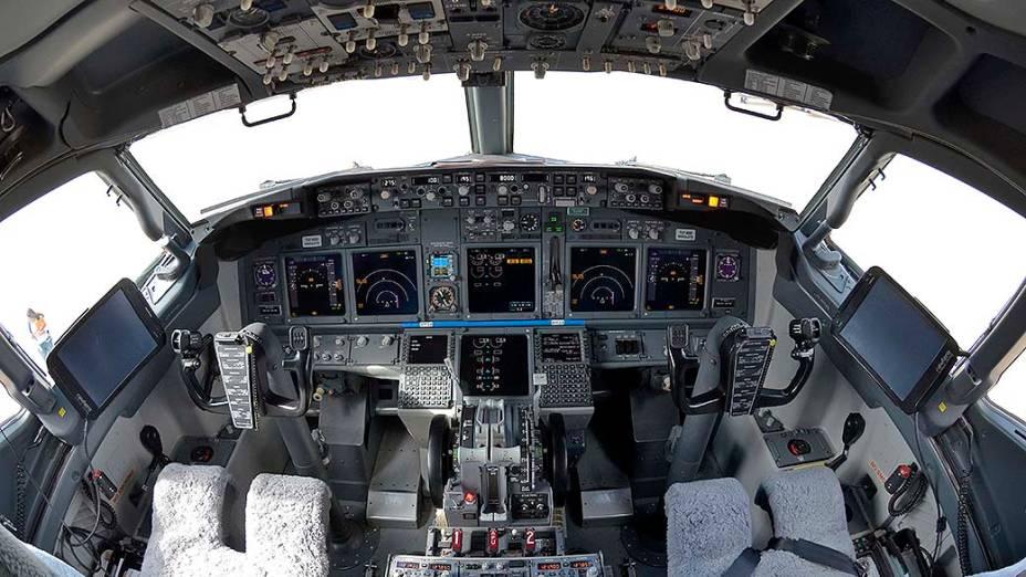 Cabine do piloto do avião que irá transportar a seleção brasileira durante a Copa de 2014