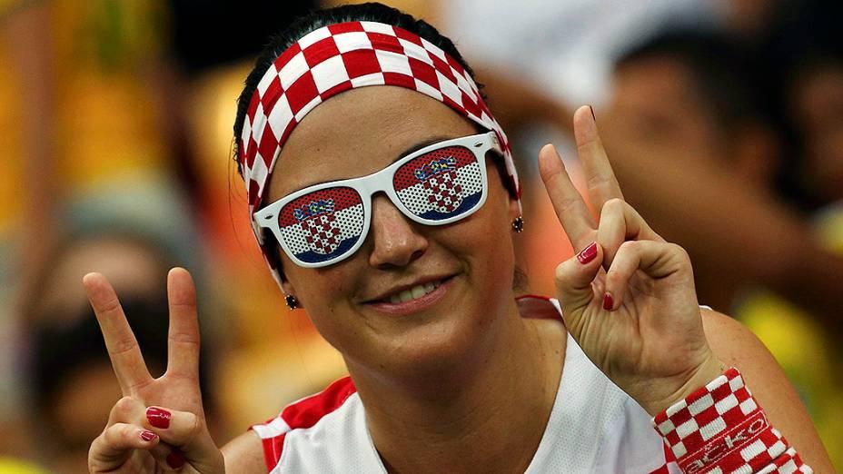 Torcedora da Croácia aguarda o início do jogo contra Camarões na Arena Amazônia, em Manaus