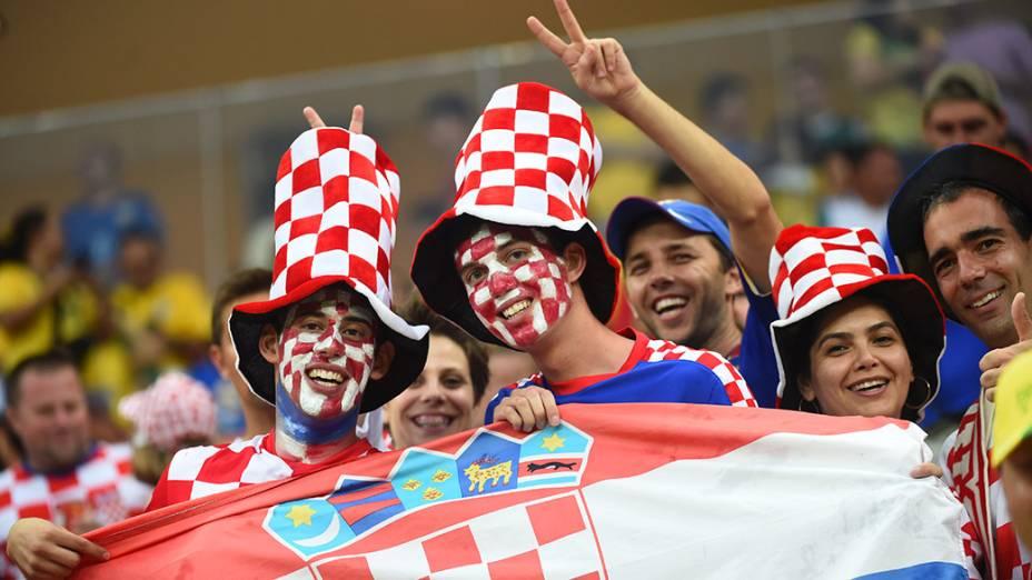 Torcedores da Croácia aguardam o início do jogo contra Camarões na Arena Amazônia, em Manaus