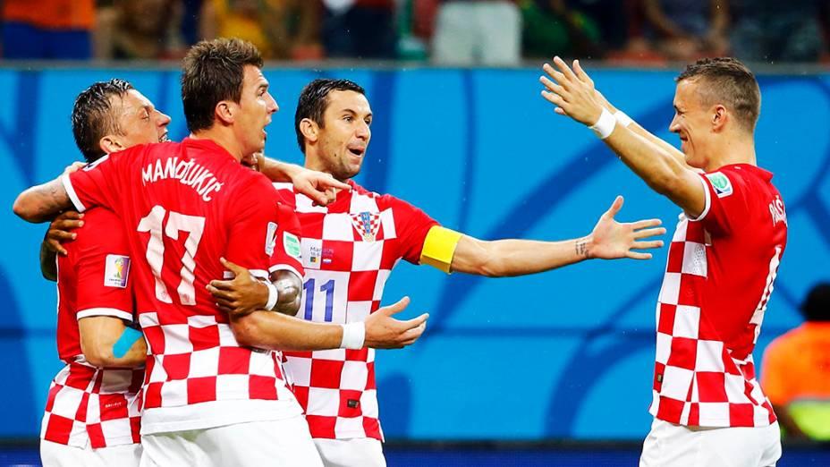 Jogadores da Croácia comemoram gol contra Camarões na Arena Amazônia, em Manaus