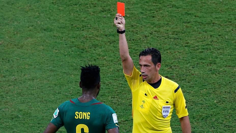 O camaronês Alexandre Song leva cartão vermelho após dar uma cotovelada no croata Mandzukic
