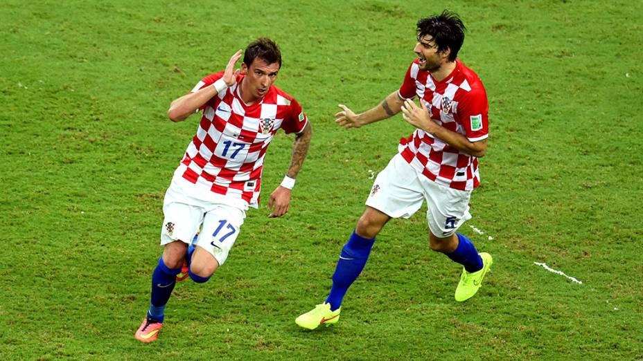 O croata Mario Mandzukic comemora gol contra Camarões na Arena Amazônia, em Manaus