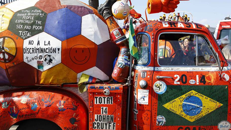 Torcedores chegam ao estádio Itaquera para partida entre Holanda e Chile, em São Paulo