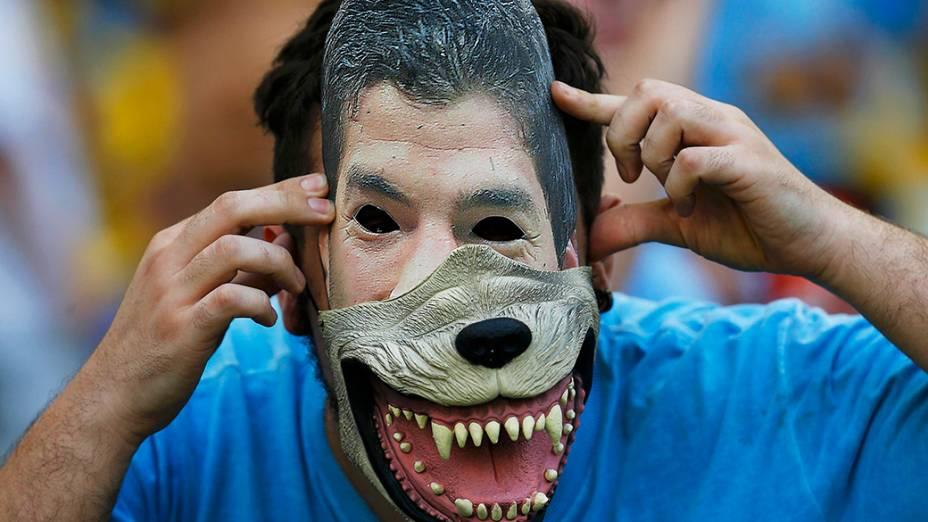 Torcedor do Uruguai usa uma máscara de Luis Suárez antes do jogo contra a Comlômbia, no Rio