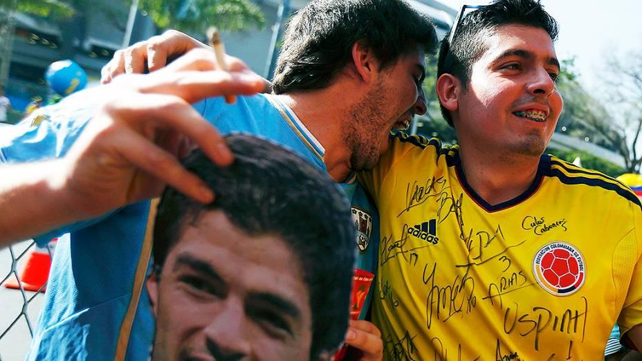 Torcedores de Colômbia e Uruguai antes do jogo no Maracanã, no Rio