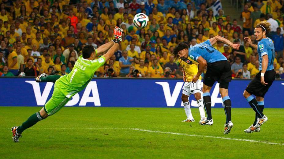 O goleiro Ospina, da Colômbia, defende cabeçada do uruguaio Cavani no Maracanã, no Rio