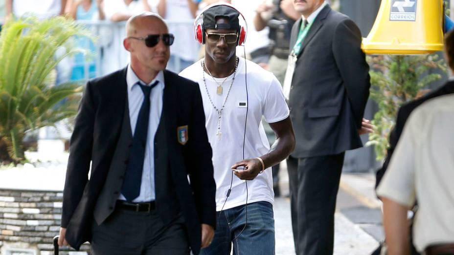 Jogador italiano Mario Balotelli, chega no hotel em Recife, onde enfrentará o Japão, em 18/06/2013