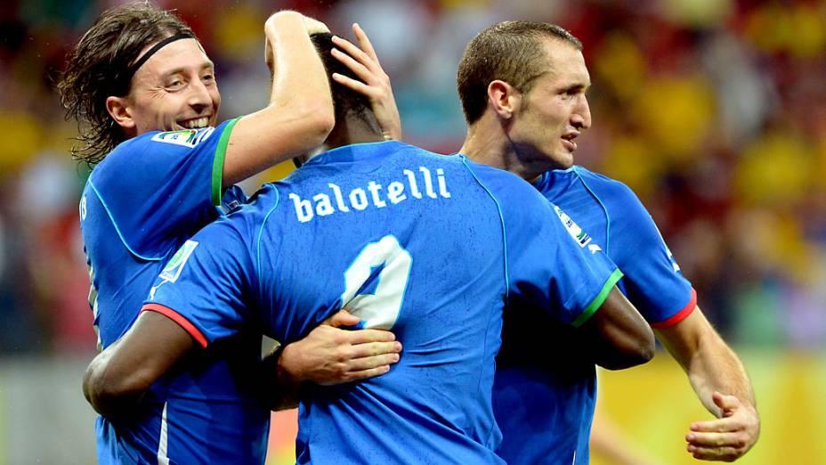 Jogadores da Itália comemora o terceiro gol da Itália contra o Japão, pela Copa das Confederações, no Recife