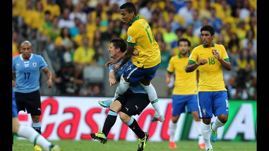 Jogador Luís Gustavo, do Brasil, faz falta em Cristian Rodríguez do Uruguai, pela Copa das Confederações em Belo Horizonte