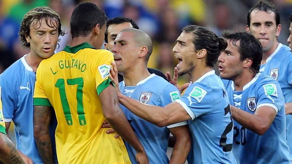 Jogadores do Uruguai discutem com Luís Gustavo do Brasil, após entrada dura do jogador, pela Copa das Confederações em Belo Horizonte