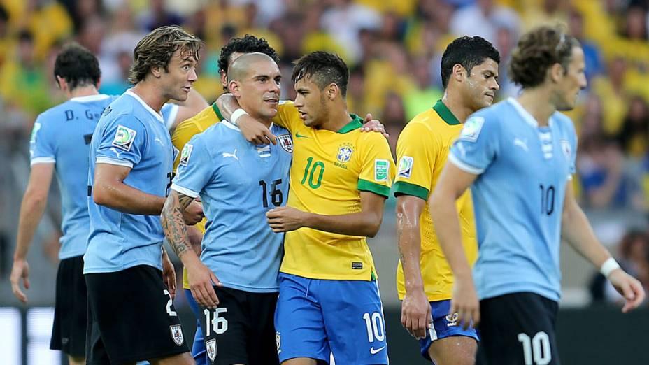 Jogadores de Brasil e Uruguai, durante semifinal da Copa das Confederações, em Belo Horizonte