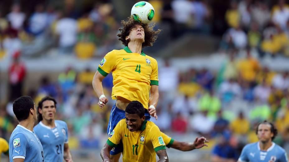 Jogador David Luiz, do Brasil, cabeceia a bola no jogo contra o Uruguai, pela Copa das Confederações em Belo Horizonte
