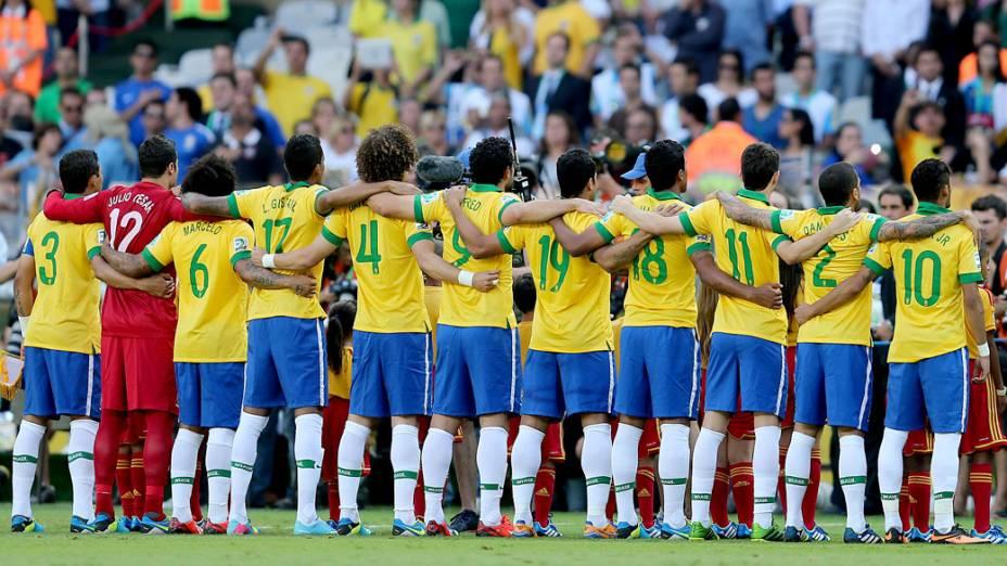 Jogadores do Brasil durante o Hino Nacional, antes do jogo contra o Uruguai, pela Copa das Confederações em Belo Horizonte