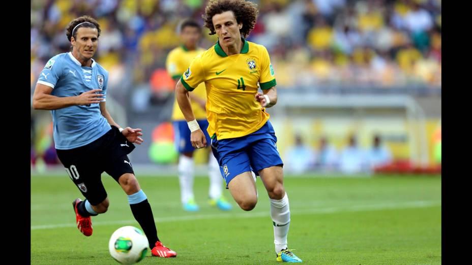 Jogador David Luiz, do Brasil, disputa a bola com Forlán do Uruguai, pela Copa das Confederações em Belo Horizonte