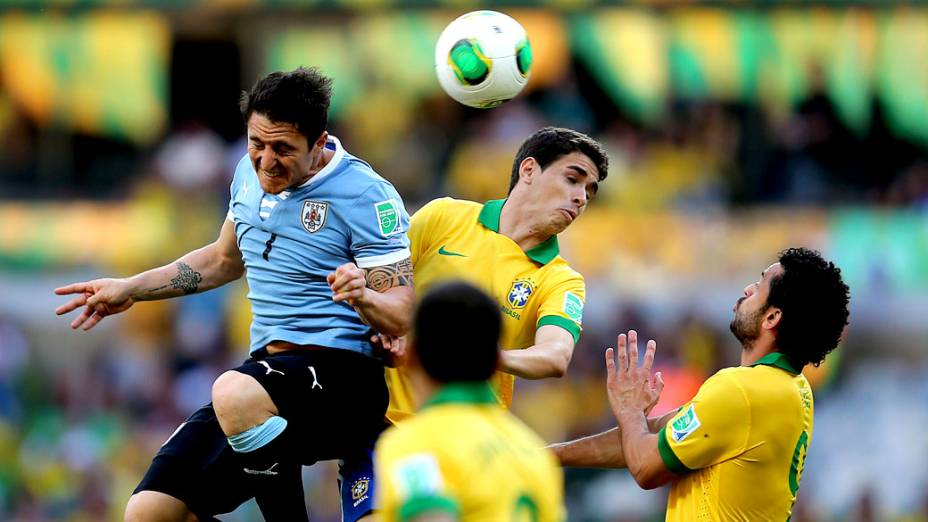 Jogador Oscar, do Brasil, cabeceia a bola no jogo contra o Uruguai, pela Copa das Confederações em Belo Horizonte