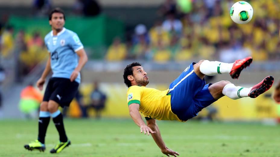 Jogador Fred chuta a bola, no jogo contra o Uruguai, pela Copa das Confederações em Belo Horizonte