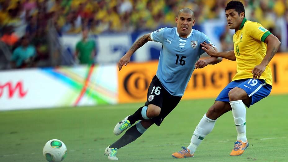 Jogador Hulk, disputa a bola com o jogador Maxi Pereira do Uruguai, pela Copa das Confederações em Belo Horizonte