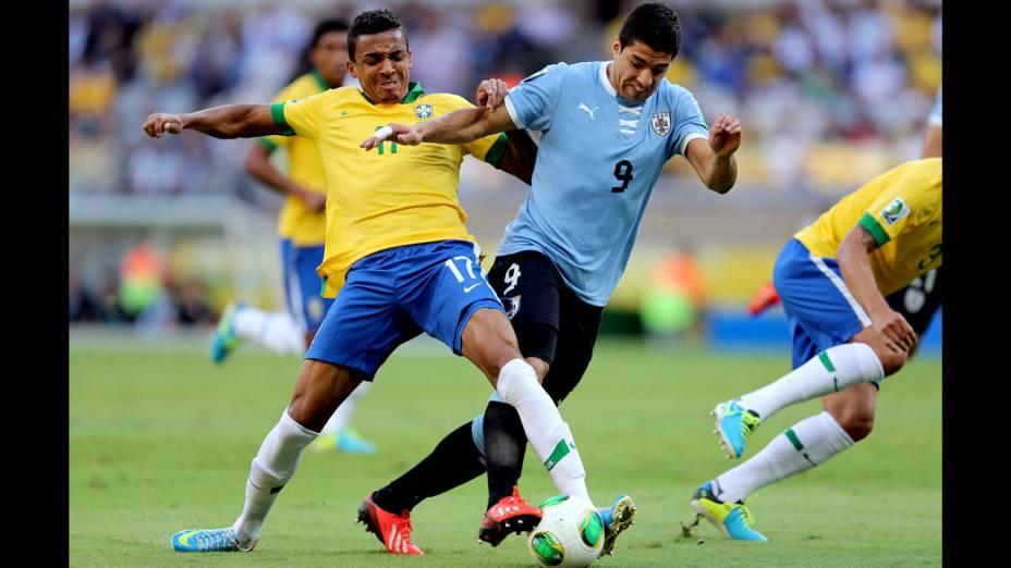 Jogador Luís Gustavo, do Brasil, disputa a bola com Luis Suárez do Uruguai, pela Copa das Confederações em Belo Horizonte